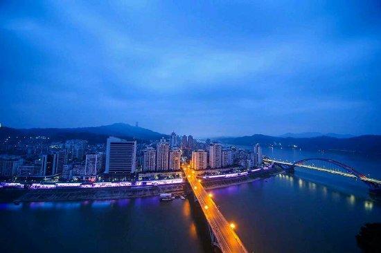 Wuzhou, Chiny: 华灯初上的滂山顶