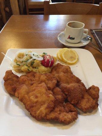 Garching bei Munchen, Alemania: 炸鸡排和酸菜土豆沙拉,还不错