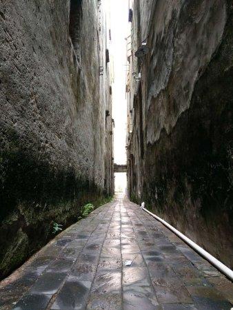 Beihai, China: 老街延伸的小巷