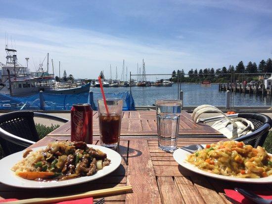 Bermagui, Australia: 点了黑胡椒牛肉和咖喱虾,味道烧有些重哦,不过有这样的地方发呆,也是很满意呢