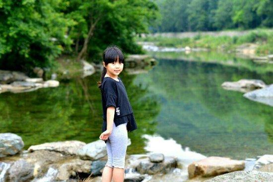 Kang County, China: 女儿思思在康县阳坝梅园沟