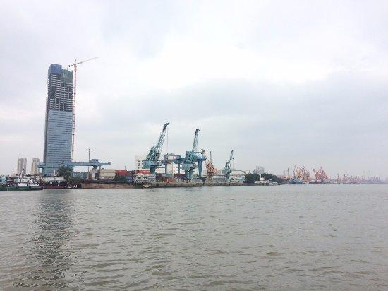 Changzhou Culture Scenic Spot: 上船后拍色的江边风景