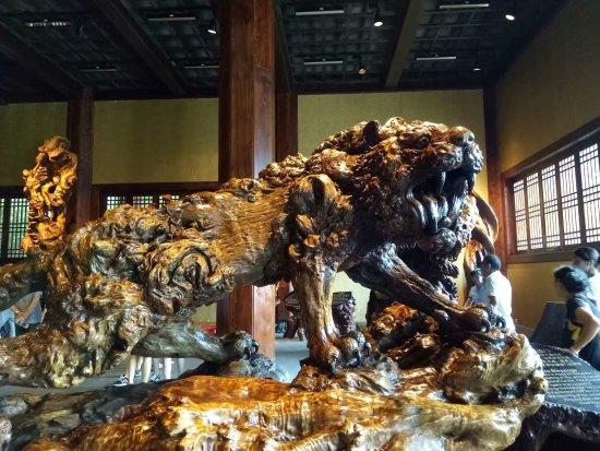 Quzhou, China: 雕刻的技术简直和灵魂融为一体