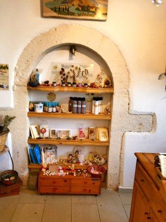 Maroulas, اليونان: 店主非常好,买了两瓶精油还送了香料给我,我从酒店打车过去花了17欧,但是精油才12欧超级便宜。