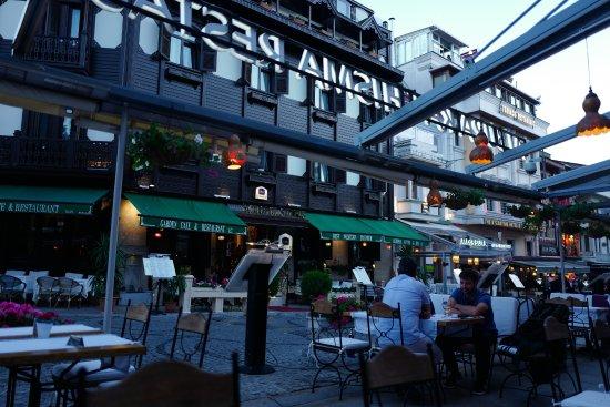 Albura Kathisma: 餐厅和对面餐厅的街景