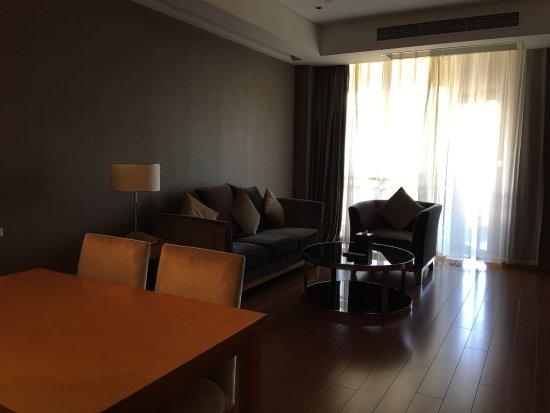 Xichang, Çin: 不错的度假式的酒店,就在邛海边上,也能看到一些的邛海景观,酒店比较新,感觉也不错。一边是酒店,一边是公寓,外观差不多,风景不错。早餐也过得去。到邛海的一个好选择。