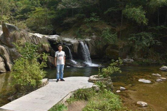 Jiujiang, Kina: 庐山的三宝树景区乌龙潭