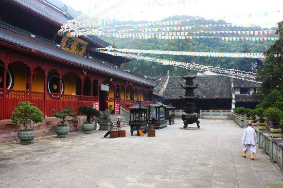 """Ningbo, Chine : 来到佛殿(大雄宝殿),天童寺曾列入禅宗五大寺院之一,赐""""中华禅宗五山之第二山"""",与镇江金山寺、常州天宁寺、扬州高旻寺并称禅宗四大丛林。"""