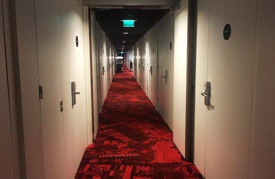 citizenM Schiphol Airport: 走廊里房间的门一个连一个很魔幻