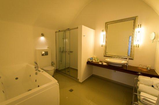 Katikies Hotel: 浴室很大
