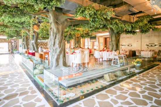海南省临高县: 餐厅的室内设计颇有新意,模拟了茂密的热带雨林景观,在营造自然氛围的同时还无形中让每一桌客人都拥有相对独立的用餐空间。