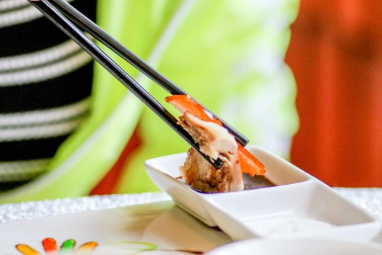 海南省临高县: 点餐当然要尝尝临高当地最有名的烤乳猪。