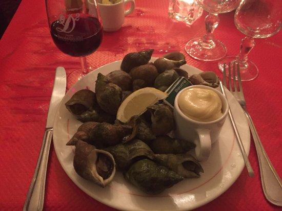 Bernay, France: 出差,法国同事推荐Bistrot,看不懂法语菜单老板娘直接把菜拿来给我们试吃,一份套餐26.8欧从前餐,主菜,奶酪,甜品吃到扶墙走,老板娘还请我们喝了自制红酒,然后隔天我又去了一次