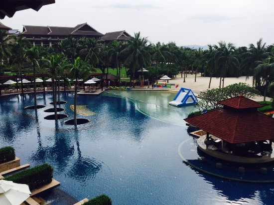 The Ritz-Carlton Sanya, Yalong Bay: 打开窗户看到的泳池