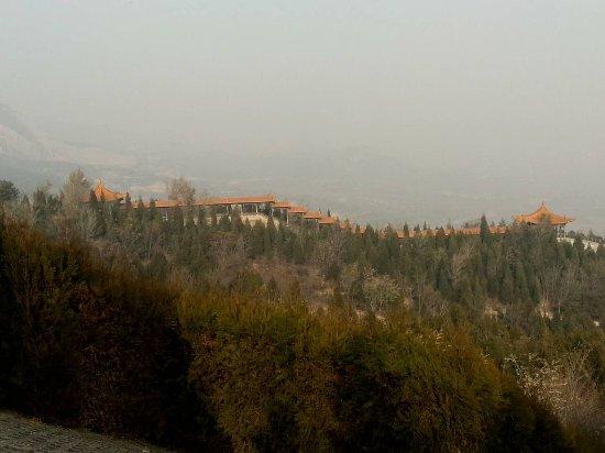 Two Dragon Mountain: 二龙山上的长廊