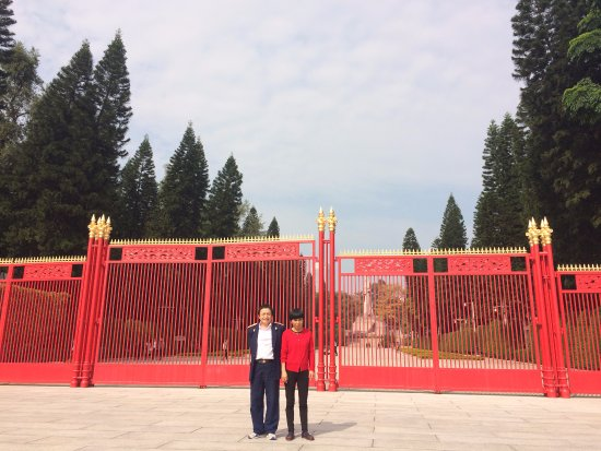 Guangzhou Uprising Martyrs Cemetery: 红色的大门