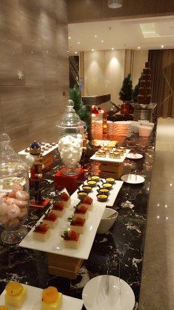 一开始到了酒店感服务员热情。这里的环境也不错菜的味道也可以。房间里摆的很好。让人住了一晚还想着下次还来旗隆酒店的感觉。。
