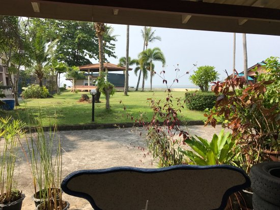 Aloha Lanta Resort: 很好,离码头步行街不远,附近所以吃喝玩乐都在步行范围之内。因为我们是来潜水的所以找个离潜店比较方便的地方,这个酒店很方便,附近有好多潜店可以选择,酒店安静干净,老板礼貌好客。酒店后面有一个沙滩