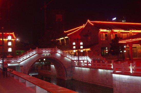 Yancheng, China: 水街夜景