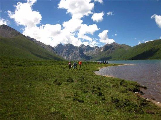 Jiuzhi Nianbaoyuze Mountain Scenic Resort: 徒步进景区