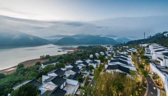 Anji County, China: 度假村夜幕全景