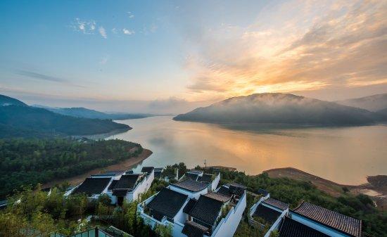 Anji County, China: 度假村日出全景