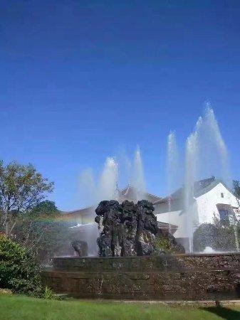Anji County, China: 酒店门口的喷泉本来有彩虹的,无奈拍照水平差,彩虹被我拍没了。。。