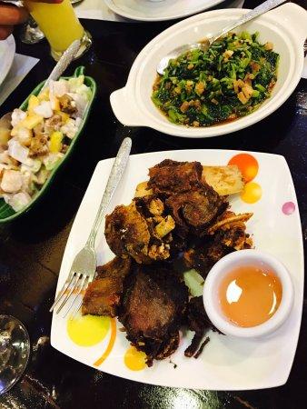 海鲜炒面和炒饭相当不错,牛肉有些干,适合喝酒小酌,服务不错价格也合理