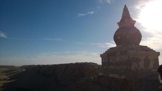 Ejina Qi, Kina: 一个表皮斑驳的小塔,是某种有宗教含义的建筑