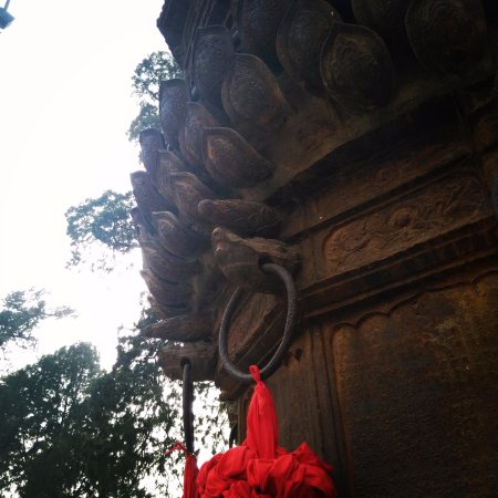 Yuncheng, Cina: 一个巨大的香炉,古时上香所用,可见关公当时在人们心中的地位。香炉是一体浇注的,包括这个扣环,令人惊叹。