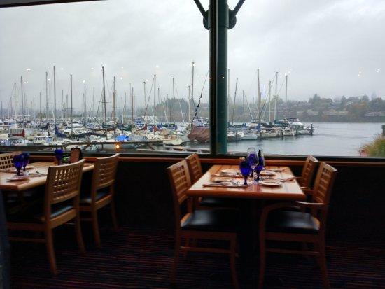 Anthony's Homeport Olympia: 海港边的特色餐厅,风光非常美丽,海鲜美味,牛排很嫩,还赶上当季的野生树莓甜品,值得一尝!很赞的一家餐厅!!