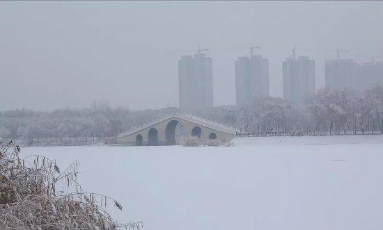 Hotan, Chine : 雪后的昆仑湖