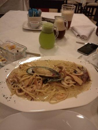 Santo Domingo de Heredia, كوستاريكا: 他们煮的味道偏咸。图片里的海鲜汤是上次照的,这次的忘了照,这次的海鲜汤的海鲜比上次少了很多;还有picante de mariscos没有鱼块只有两三只虾和鱿鱼圈。总之这次用餐一般般。