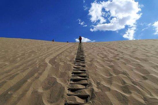 Dunhuang, China: 这是在怕鸣沙山的山峰,这是楼梯