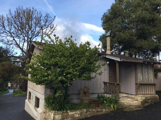 Carmel Resort Inn: 隔壁的小木屋