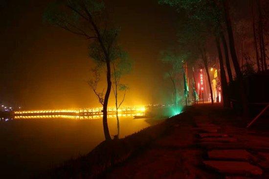 Yi County, Cina: 湖边夜景