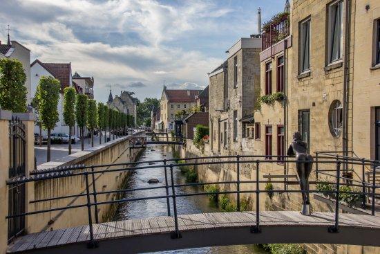 Castle Ruins & Velvet Cave: 荷兰的法肯堡小镇虽小但是很美。 添一分太多,减一分太少,一切都刚刚好。欣赏着小镇悠久的历史建筑,享受着舒适的环境, 使我在如画的风景中流连忘返。不同于其他的荷兰地方,这里没有大城市的喧闹,拥挤
