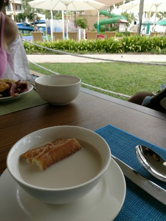 Shangri-La's Tanjung Aru Resort & Spa: 早餐看着泳池
