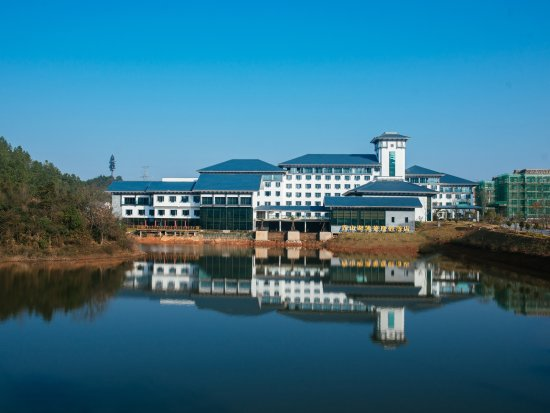 Jingdezhen, China: 景德镇西山湖凯莱度假酒店景色秀美,毗邻美丽的西山湖水岸,群山环抱,清幽寂静。距离景德镇罗家机场约5.8公里,火车站约4.5公里,客运站2.7公里,交通便利。是您商旅出行及休闲聚会的轻松惬意之选