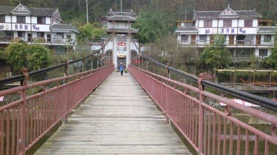 Pingtang County, China: 吊桥到客栈