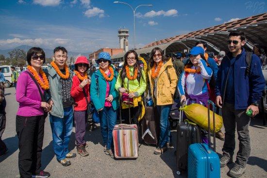 Ace the Himalaya - Private Day Tours: 下飞机后Kisan送上了花环,我们一起合影留念