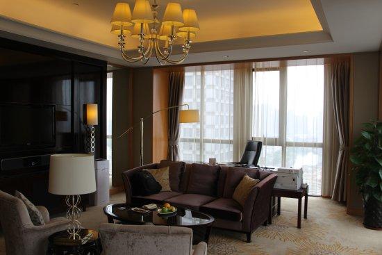 Hefei, الصين: 超完美的套房客厅,有两大面落地窗户和一个超完美的大书桌。满足我对书房的一切幻想。