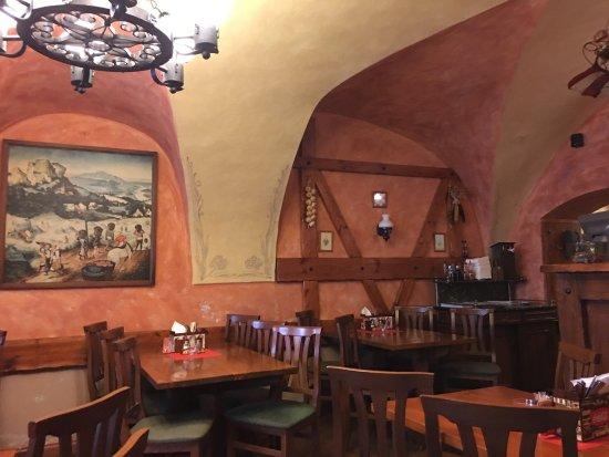 Restaurace U Dvou Srdci: 外面门口很小,里面别有洞天,下午三四点,当地人竟然不少,黑啤超级棒!价格也实惠。免费wifi ,对于游客来说真给力!