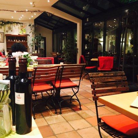 热情洋溢的花园餐馆