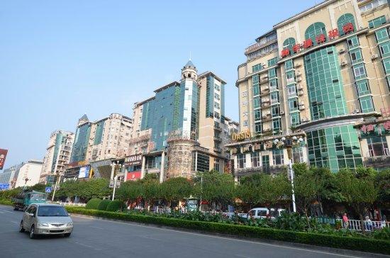 Guilin Oasis Inn: 酒店位于市中心中中山中路大道上,酒店对面即是西城路步行街及旅游夜市