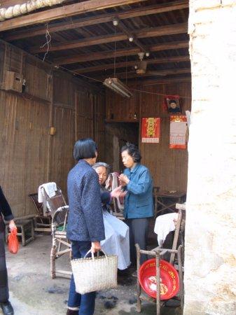 Zhuzhou County, Kina: 80多岁的老奶奶剃头匠