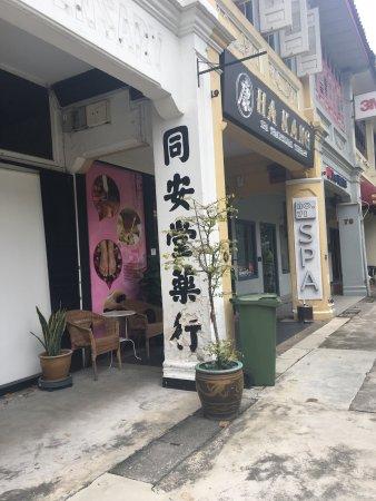 Link Hotel: 前台的服务员都会讲中文,特别的友善,很晚到的酒店 房间还是帮我保留了....服务百分百 ...酒店有免费的手机在新加坡期间可以用的 ,那边大部分都会讲中文的 完全不会有陌生的感觉