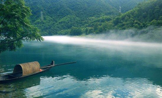 Zixing, Китай: 这周末去的,算是比较幸运,四月就看到了雾。景区门票100块,中等不贵。本地人开车进去免费也能看到小东江,东江湖。乡土人情淳朴,景区的土特产卖得比市区还便宜。走过那么多地方很少见这种现象。感谢我