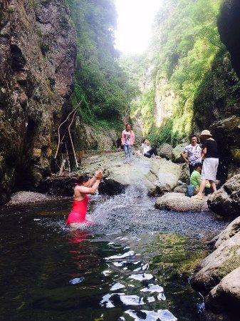 Hongjiang, Kina: 岩鹰洞大峡谷天然泳池戏水
