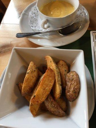 Sumiswald, Switzerland: 真好吃,热呼呼的。土豆好 吃,鱼好吃, 芦笋也好吃,真的非常棒,中国人就是点这个餐,老板娘还特意过来问合口味吗?!在这么偏的地方吃上这种美食,太满足了!